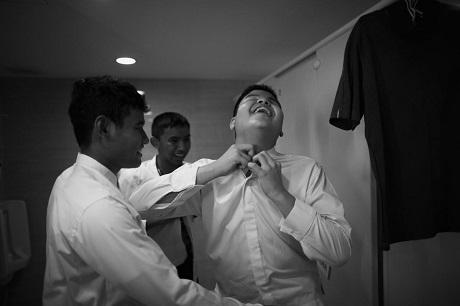Các thành viên trong Thai Blind Orchestra cùng nhau chuẩn bị phục trang trước khi bước ra biểu diễn tại một sự kiện âm nhạc tổ chức ở một khách sạn tại Bangkok, Thái Lan.