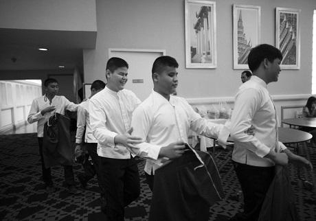 Điều thường thấy ở Thai Blind Orchestra, đó là các thành viên của dàn nhạc khi đi đâu thường bám vào nhau như thế này.