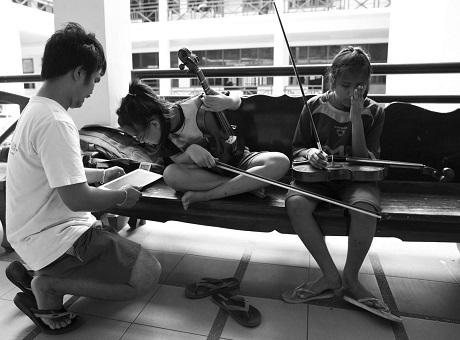 Một giáo viên dạy nhạc của Thai Blind Orchestra - thầy Kritsanapan Punsuk - đang hướng dẫn thêm cho hai cô học trò chơi đàn viola. Trong dàn nhạc có những em bị khiếm thị, có những em bị mất thị lực nặng, và cũng có những em ngoài khiếm thị còn phải chịu cả những khuyết tật bẩm sinh khác nữa. Đến với Thai Blind Orchestra là những giáo viên nhiệt tâm, họ làm việc tận tụy với các em nhỏ một cách tự nguyện, không đòi hỏi thù lao.