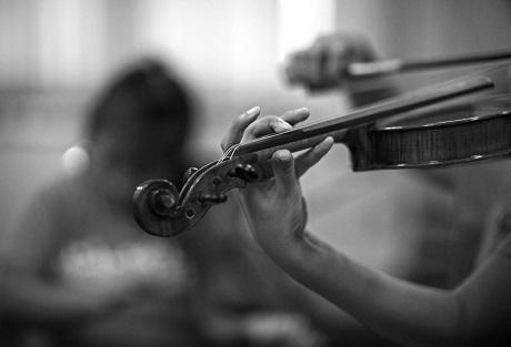 Các thành viên trong Thai Blind Orchestra phải tự chủ động luyện tập để hòa vào nhịp độ của dàn nhạc, bên cạnh thời gian luyện tập để hòa điệu với nhau, mỗi em đều phải tự dành thời gian luyện tập riêng.