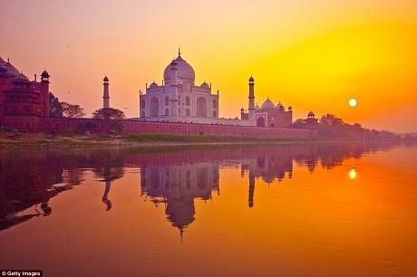 Khi mặt trời lặn phía sau đền Taj Mahal của Ấn Độ, một quầng sáng rực rỡ ôm ấp lấy những mái vòm và bức tường của ngôi đền, nhuộm vàng rực cả hồ nước nằm gần đó, biến ngôi đền trắng trở thành một tác phẩm phản chiếu ánh tà dương rực rỡ cuối ngày.