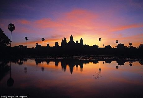 """Tương tự, công trình đền Angkor Wat của Campuchia cũng là một địa điểm """"siêu thực"""" để nhìn ngắm hoàng hôn. Dường như bất cứ công trình nào nằm cạnh hồ nước đều tạo nên một cảnh tượng đáng kinh ngạc khi mặt trời lặn."""