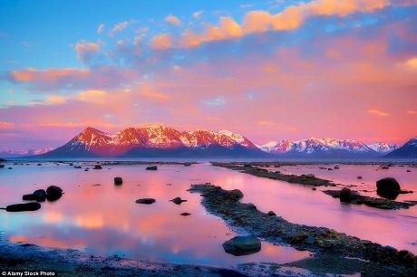 """Ở Na Uy, từ cuối tháng 5 đến giữa tháng 7, mặt trời không bao giờ lặn bởi những yếu tố về mặt địa lý, khiến mặt trời ở vào một vị trí đặc biệt, luôn luôn hắt một quầng sáng thần tiên lên vòng Bắc Cực. Kết quả là những gam màu kỳ ảo xuất hiện ngay cả vào ban đêm mà người dân địa phương hay gọi là """"mặt trời lúc nửa đêm""""."""