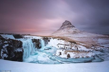Vĩ độ của Iceland cũng đưa lại cho nơi này một trải nghiệm ánh sáng đặc biệt. Trong ảnh là núi Kirkjufell ở bán đảo Snæfellsnes, phía tây Iceland.