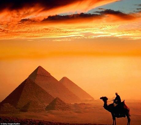 Kim tự tháp Kheops nằm ở Cairo, Ai Cập là một trong 7 kỳ quan của thế giới cổ đại. Ánh tà dương đặc biệt phù hợp với nét bí ẩn, trầm mặc của công trình.