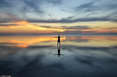 Zanzibar là một quần đảo nằm ngoài khơi đất nước Tanzania thuộc Đông Phi. Cảnh hoàng hôn ở đây khi thủy triều xuống thấp thực sự là một cảnh tượng ngoạn mục.