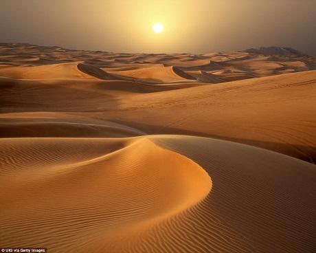 Nếu có cơ hội được tới Dubai, đừng bỏ qua chuyến thăm sa mạc lúc mặt trời lặn, ánh sáng lúc này là tuyệt đẹp nhất để nhìn ngắm những đồi cát được tạo hình nhờ những cơn gió.