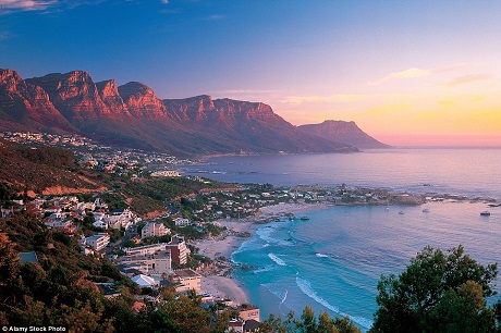Khi đến với thành phố Cape Town của Nam Phi, hãy tìm cho mình một vị trí ở trên cao để ngắm hoàng hôn. Vào thời khắc cuối ngày, mặt trời sẽ phủ lên bờ biển, lên ngọn núi… những ánh đỏ rực cháy bỏng.