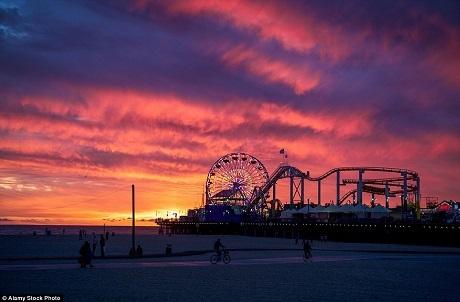 Bãi biển Santa Monica của bang California, Mỹ dành cho những tâm hồn vui tươi, sôi nổi muốn thưởng thức một buổi hoàng hôn rực rỡ nhưng không quá trầm mặc.