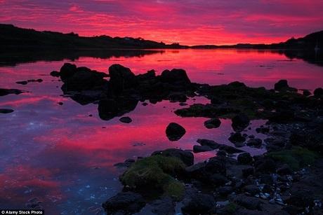 Đảo Skye ở Scotland là một điểm đến nổi tiếng đối với những nhiếp ảnh gia chuyên về ảnh phong cảnh bởi nơi đây có những ngọn đồi xanh mướt uốn lượn mềm mại. Khi hoàng hôn buông xuống, những ngọn đồi xanh ấy sẽ khoác một tấm áo choàng đỏ rực.