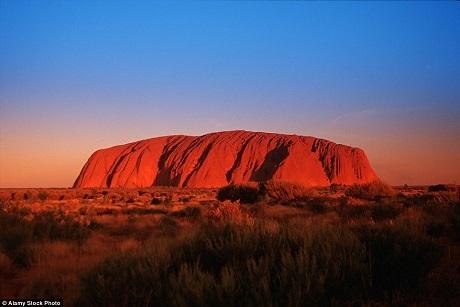 Khối kiến tạo sa thạch Ayers - một công trình tự nhiên nổi tiếng của nước Úc - vốn đã đặc trưng với sắc đỏ lại càng rực rỡ hơn trong lúc hoàng hôn, như thể muốn đốt cháy cả không gian.