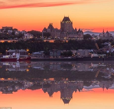 Thành phố Québec ở Canada là một địa danh gắn liền với vẻ đẹp kiến trúc. Bắt đầu định hình từ đầu thế kỷ 17, Québec là sự pha trộn giữa những công trình có tuổi đời hàng thế kỷ và những nét hiện đại tươi mới của kiến trúc đương đại. Vẻ đẹp kiến trúc ấy sẽ càng rực rỡ hơn khi được đặt trong một màn trình diễn ánh sáng ngoạn mục mà chỉ mặt trời mới có thể tạo nên.