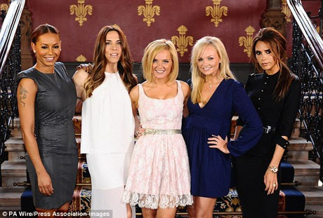 Mel C (thứ hai từ trái sang) và Victoria Beckham (ngoài cùng bên phải) sẽ không đồng hành cùng với 3 thành viên còn lại trong nhóm trước những hoạt động sắp diễn ra. Trên trang YouTube, bộ ba còn lại đã lấy tên mới là Spice Girls GEM.