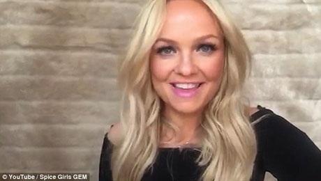 """Trong nhóm Spice Girls, Emma vốn được biết đến với biệt danh """"Baby Spice"""" (cô nàng """"baby""""), đầu năm nay, Emma đã bước sang tuổi 40, nhưng cô vẫn giữ được vẻ trẻ trung, xinh đẹp. 4 thành viên còn lại gồm Vic """"Posh Spice"""" (cô nàng """"sang chảnh""""), Mel B """"Scary Spice"""" (cô nàng """"dễ sợ""""), Mel C """"Sporty Spice"""" (cô nàng """"thể thao""""), và Geri """"Ginger Spice"""" (cô nàng """"gừng cay"""")."""