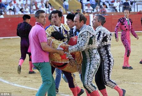 Dù được đưa tới bệnh viện cấp cứu ngay sau đó nhưng các bác sĩ đã không thể làm gì cho người đấu bò Victor Barrio được nữa.