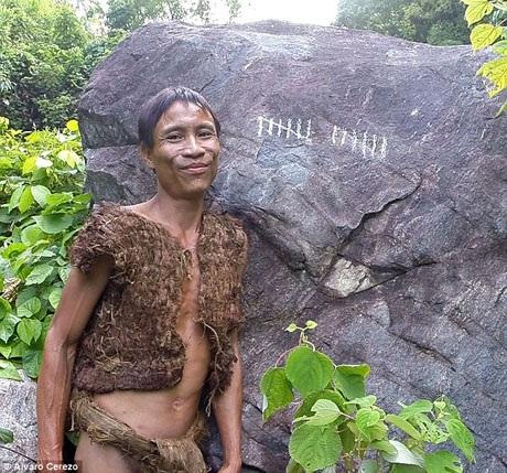 Trong những năm tháng sống ở rừng, cha con anh Lang đã tự bện quần áo từ rễ và vỏ cây.