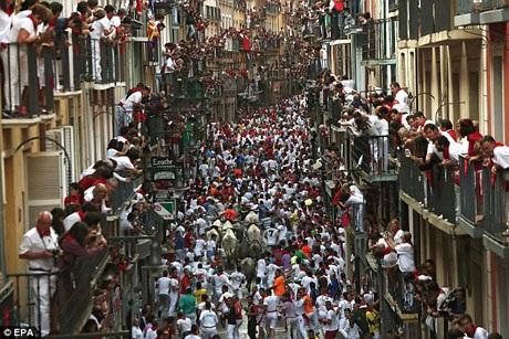 Một cuộc chạy đua với bò tót diễn ra tại thành phố Pamplona, Tây Ban Nha.