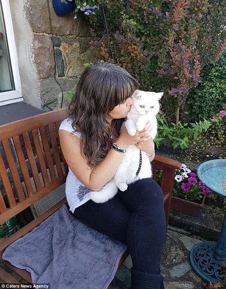 """Cách đây 2 năm, khi mẹ của chị Sivaz qua đời, chị đã mua mèo Starina như một sự an ủi dành cho chính mình, Starina đã làm rất tốt nhiệm vụ """"trị liệu tâm lý"""" cho bà chủ."""