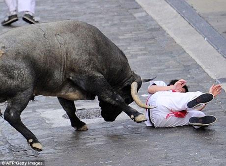 Lễ hội đua bò San Fermin diễn ra ở Pamplona năm nay vẫn chưa phải chứng kiến một sự việc đáng tiếc nào, nhưng tin dữ thì đã xuất hiện ở tại hai lễ hội khác.