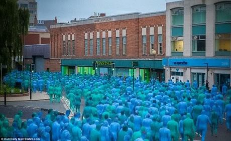 Hàng ngàn người đã xuất hiện trên các đường phố của Hull trong ngày diễn ra buổi chụp hình với các sắc độ xanh dương đa dạng sơn phủ lên người.