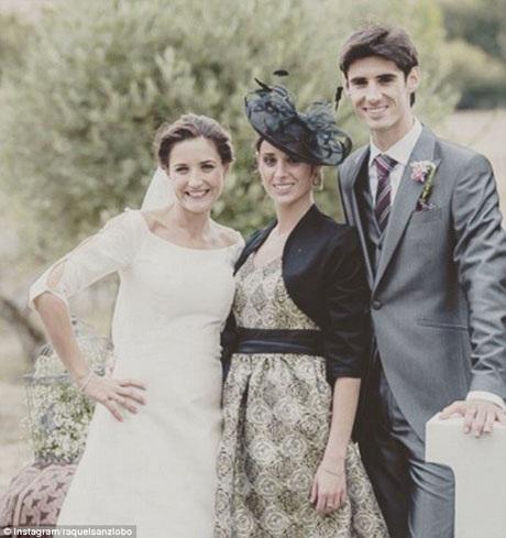 Vợ chồng anh Barrio đi dự một hôn lễ.