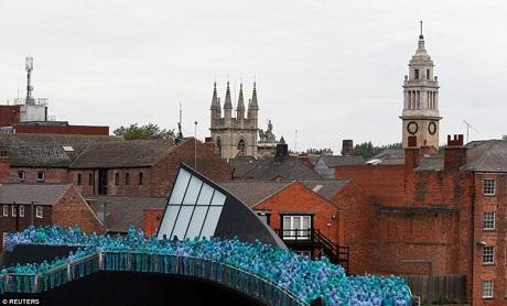 Khoảng 3.200 người đã tham gia vào dự án sắp đặt nghệ thuật ở Hull. Yêu cầu khi tham gia là các tình nguyện viên phải khỏa thân và sơn lên người mình một trong 4 sắc độ xanh dương mà ban tổ chức đã quy định.
