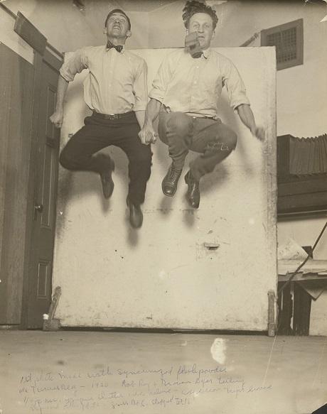 Một bức ảnh chụp chân dung được thực hiện trong phòng kín vào buổi tối bởi nhiếp ảnh gia George Watson hồi năm 1920.