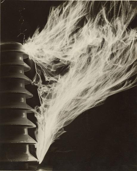 """""""Điện áp cao"""", ảnh của Martin Munkácsi, chụp năm 1930."""