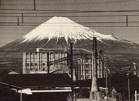 """""""Núi Phú Sĩ"""", ảnh của Gen Otsuka, chụp năm 1955, có thể thấy rất nhiều đường điện chạy ngang qua bức ảnh."""