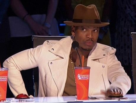 Nam ca sĩ Ne-Yo, vị giám khảo khách mời, đã dành tặng nút vàng duy nhất của đêm cho ảo thuật gia Jon Dorenbos.