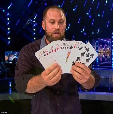 Dorenbos xòe ra một bộ bài lớn và đề nghị giám khảo Ne-Yo lựa chọn một lá bất kỳ, sau đó, bằng một cách khó tin, Dorenbos đã khiến lá bài từ từ hiện ra trên một tờ giấy trắng.