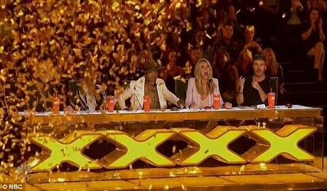 Pháo vàng rơi xuống sau khi Ne-Yo bấm nút vàng.