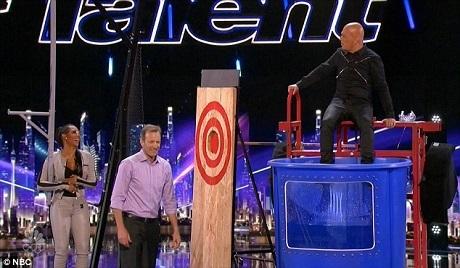 """Giám khảo Mel B và Howie đã bị """"trưng dụng"""" để giúp nhóm The Passing Zone thực hiện phần thi."""