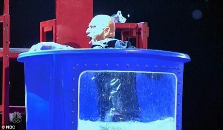 Giám khảo Howie Mandel bị hất tung xuống thùng nước sau khi một con dao được phóng trúng hồng tâm.