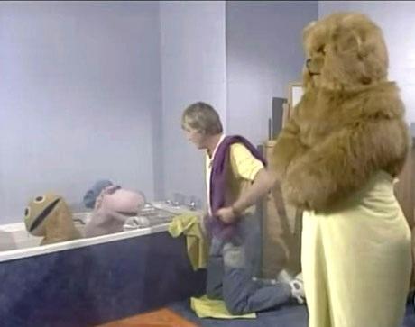 """Nhân vật chú gấu nâu Bungle trong loạt chương trình truyền hình dành cho thiếu nhi của Anh - """"Rainbow"""", dường như cũng hay ngại ngùng hơn mức cần thiết. Trong chương trình, Bungle được khắc họa là một nhân vật không cần diện trang phục bởi riêng bộ lông dày của chú đã đủ là một bộ trang phục """"đồ sộ"""" rồi, vậy mà trong một cảnh ở phòng tắm, người ta bắt gặp Bungle… quấn khăn. Có cần thiết phải cầu kỳ như vậy không Bungle?!"""