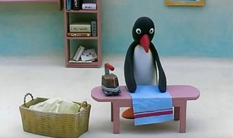 """Trong loạt phim hoạt hình hợp tác Anh - Thụy Sĩ - """"Pingu"""", cha của chú chim cánh cụt Pingu luôn được khắc họa đang làm việc nhà, trong số đó, việc là ủi là rất thường thấy. Nhưng trong khi cả gia đình Pingu đều không cần mặc bất cứ trang phục nào, vậy cha của Pingu đang là cái gì? Đó toàn là những chiếc khăn trải được là ủi phẳng phiu. Nhà Pingu hẳn phải dùng rất nhiều loại khăn bởi mỗi lần xuất hiện, cha của Pingu lại là ủi hàng chồng đồ vải, chăm chỉ là từ tập này sang tập khác… Hẳn mục đích của loạt phim là muốn chứng minh rằng những ông bố cũng có thể làm việc nhà và còn có thể là ủi rất khéo léo."""