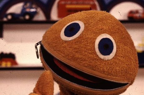"""Nhân vật Zippy trong loạt chương trình dành cho thiếu nhi của Anh - """"Rainbow"""" - không thể nói được nữa khi có ai đó kéo chiếc khóa miệng của Zippy lại, chỉ tới khi ai đó giúp cậu mở khóa ra, Zippy mới có thể tiếp tục trò chuyện, vậy tại sao Zippy không thể tự mở khóa cho mình? Có vấn đề gì ở đây nhỉ?!"""