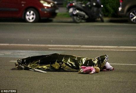 Rihanna đã đặt chân đến Nice chỉ vài tiếng trước khi xảy ra vụ khủng bố. Một chiếc xe tải lao thẳng vào đám đông đang đứng xem trình diễn pháo hoa, sau đó, kẻ ngồi trong xe đã nã súng vào đám đông. Vụ tấn công khiến nhiều người thiệt mạng, trong đó có cả trẻ nhỏ.