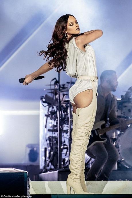Trước đó, Rihanna đã biểu diễn ở Milan, Ý vào đêm thứ 4 tuần này.