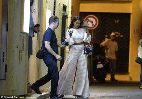 Ngay sau khi rời khỏi nhà hàng, Rihanna liên tục trò chuyện trên điện thoại, có lẽ người thân và bạn bè khi biết Rihanna đã có mặt ở Nice để chuẩn bị cho đêm diễn sắp tới, đã khá lo lắng và liên tục gọi điện tới để biết chắc nữ ca sĩ được an toàn.