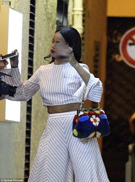 Ngay sau khi nhận được thông tin về vụ khủng bố, Rihanna rời khỏi nhà hàng mà cô đang dùng bữa để đi tới một địa điểm khác với sự hộ tống của hai vệ sĩ.