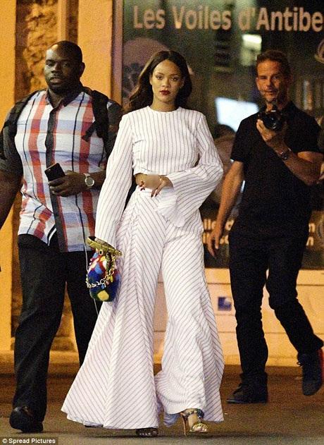 Trong buổi tối hôm đó, cô đưa theo hai vệ sĩ.