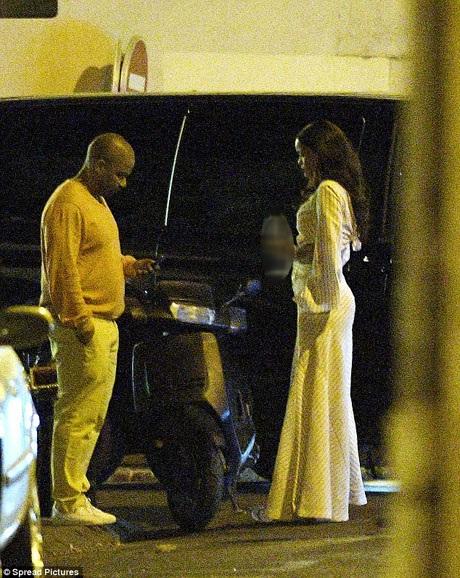 Trước khi lên xe đi đến địa điểm an toàn. Thêm một người đàn ông xuất hiện, dường như họ đang cân nhắc xem sắp tới nên đưa nữ ca sĩ đi đâu. Trước đó, Rihanna ở tại một khách sạn nổi tiếng của Nice, nhưng sau khi thông tin về vụ khủng bố xuất hiện, Rihanna đã chuyển tới một khách sạn nhỏ nằm ở khu vực ngoại ô và giữ kín thông tin địa điểm.