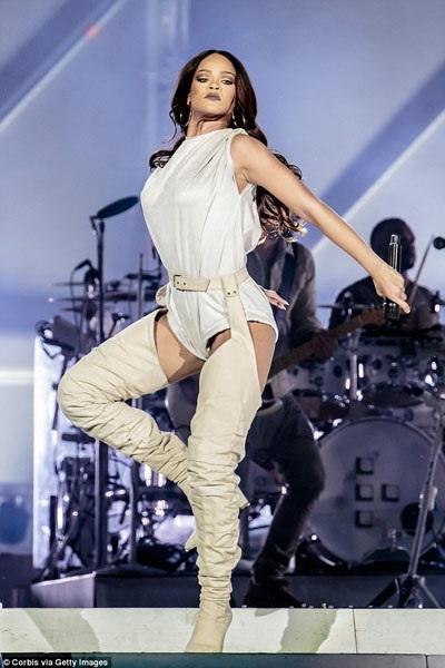 Trước khi đến Pháp, Rihanna đã biểu diễn ở tại Milan, Ý vào tối thứ 4, ngay khi đêm diễn kết thúc, cô đã bay tới Pháp để chuẩn bị cho đêm diễn vào tối thứ 6.