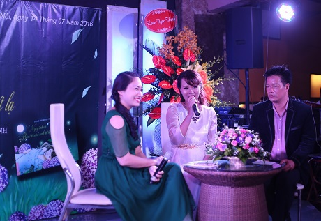 Nhà thơ Phạm Thị Ngọc Thanh (váy trắng)