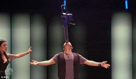 Thí sinh Ryan Stock khiến ban giám khảo phải quay mặt đi trong phần trình diễn rùng rợn của mình.