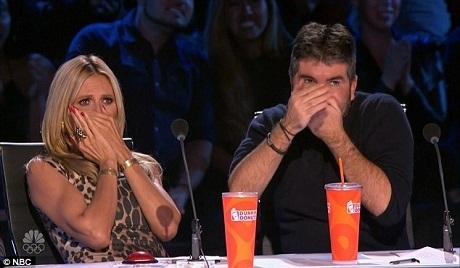 Giám khảo Heidi Klum và Simon Cowell kinh hãi trước những việc làm mạo hiểm tính mạng đang được thí sinh Ryan Stock thực hiện trên sân khấu.