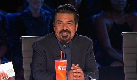 Giám khảo khách mời của đêm - nam diễn viên George Lopez - đã dành tặng nút vàng cho nhóm nhảy tràn đầy năng lượng.