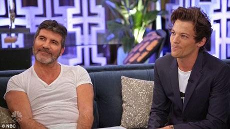 Cảnh trò chuyện nơi hậu trường giữa các thành viên ban giám khảo. Trong ảnh là giám khảo kỳ cựu Simon và nam ca sĩ Louis của One Direction.