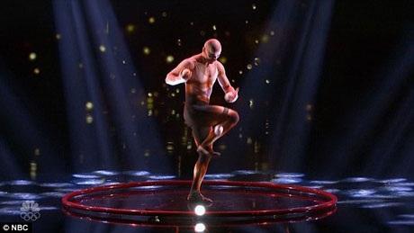 Diễn viên xiếc tung hứng nghệ thuật - Viktor Kee, 45 tuổi - đã phải vượt qua chuyện buồn của gia đình để có thể đi tiếp.